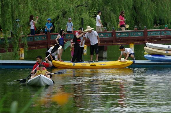 연꽃축제에서 카누도 탈 수 있어요
