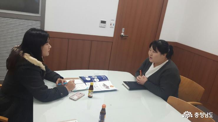 황혜진 주임과 인터뷰 중인 청년일자리팀