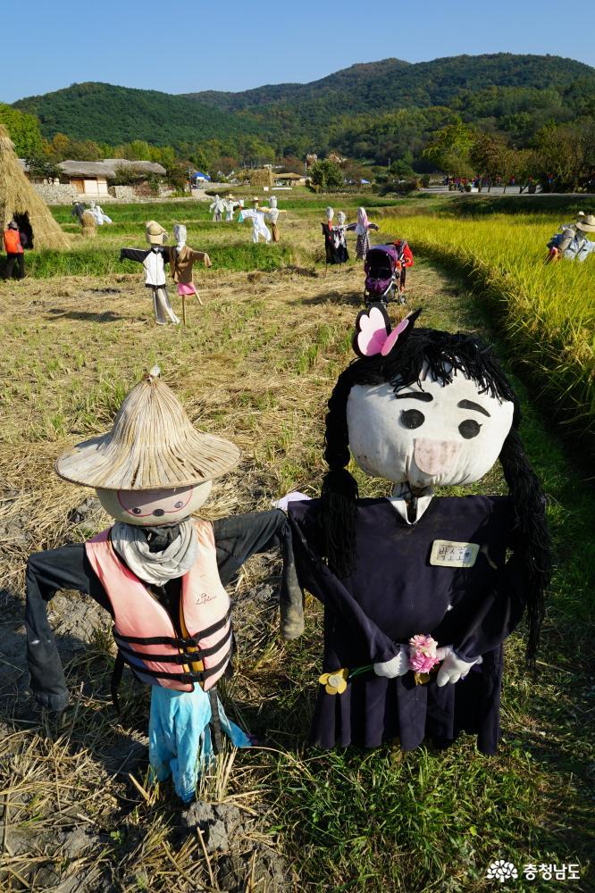 마을 입구에 익살스럽게 생긴 허수아비들이 가을여행객을 맞아준다.