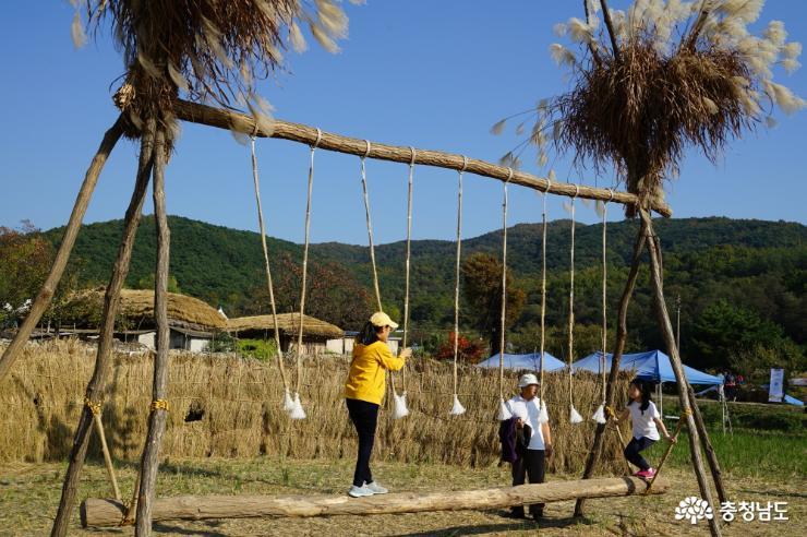 나무와 짚으로 엮어 만든 어린이 놀이터