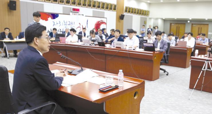 양승조 충남지사가 취임식 당일 기자회견에서 기자들의 질문에 답하고 있다.