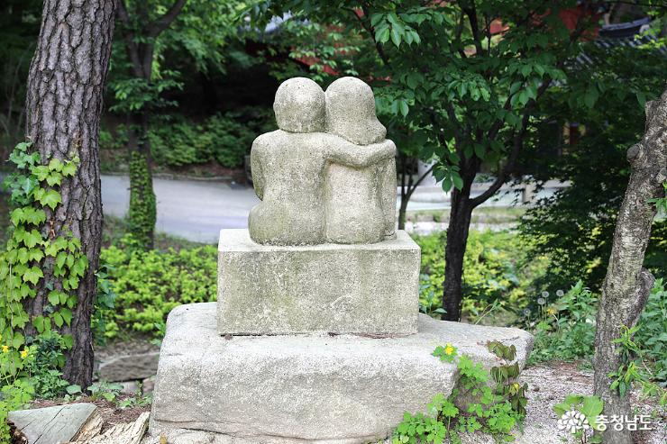 수덕여관을 나오며 볼수있는 석상. 이 두 남녀의 원주인공은 누구일까?