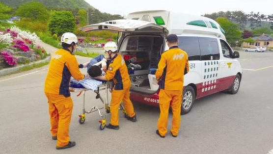 119구급대가 응급환자를 이송하고 있다.