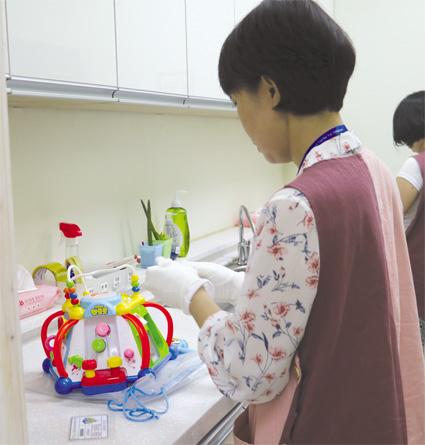 반납된 장난감을 키움노리 직원이 소독하고 있다.