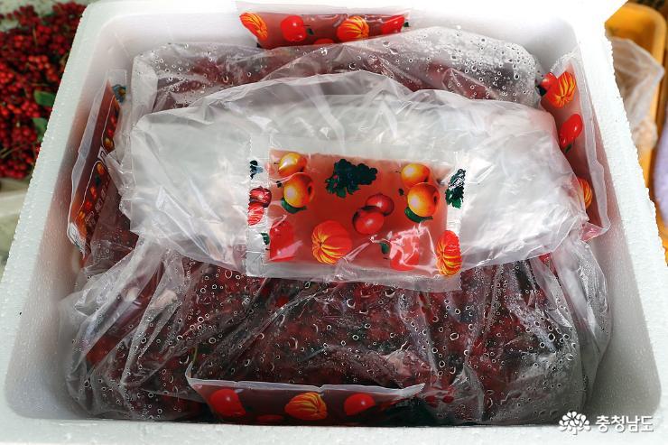 생과가 전국에 시집 가기 위해 스치로폴 박스에 담겨 있고 그 위에는 오미자 주스가 서비스로 함께 올라간다.