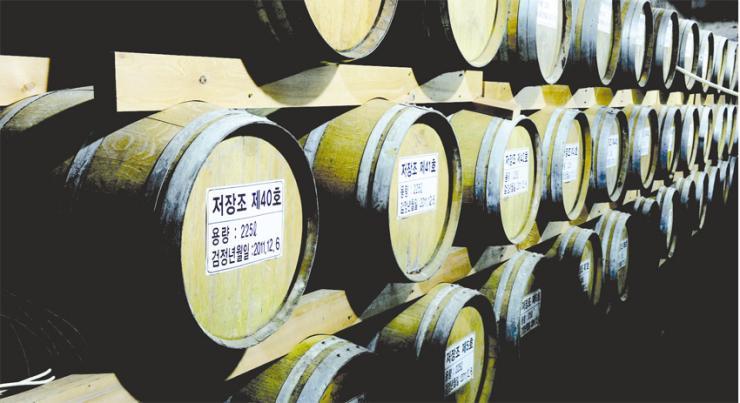 두레양조의 양조장 지하에 저장되 있는 오크통. 오래 숙성될수록 부드럽고 향이 뛰어난 브랜디가 얻어진다.