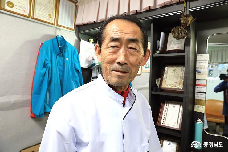 충남도민들의 건강을 기원한다며 화하게 웃는 박대표님. 그의 외길인생은 오늘도 계속된다.