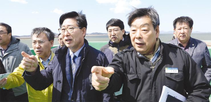 양승조 충남도지사(사진 앞줄 가운데)가 지난달 31일 부남호 역간척 현장을 찾아 추진사항을 점검 중이다.