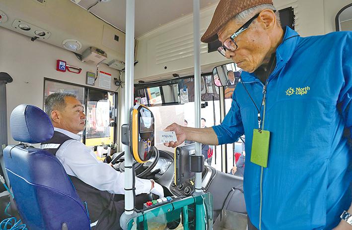 지난 7월 1일, 한 어르신이 충남형 교통카드를 이용해 도내 버스에 무료로 탑승하는 모습.