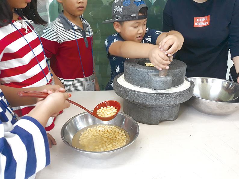 손두부 체험을 즐기는 아이들