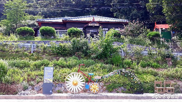 시인의 여름 꽃밭 사수하기