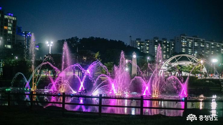 신나는 음악과 시원한 분수쇼가 있는 '천안 청수호수공원'