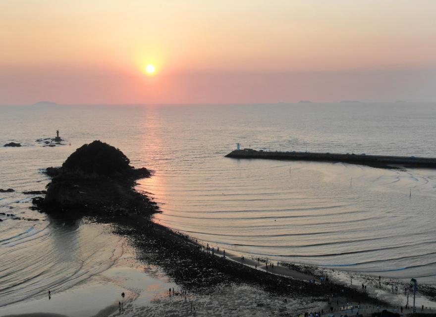 [포토] 신비한 바다 물결 속 바닷길 열린 황금빛 가득 '태안 안면도 할미·할아비 바위'