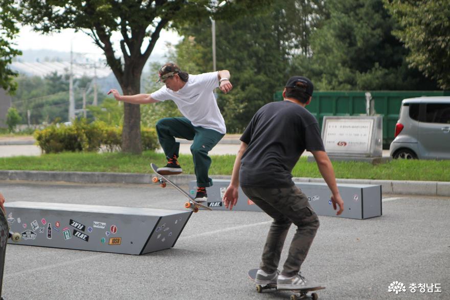 스케이트 보드를 배우고 관람할 수 있는 '플레이 그라운드'