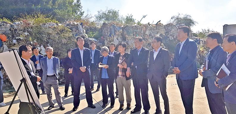 농업경제환경위원회는 지난 8일 충남도·부여군 관계자들과 함께 불법폐기물이 방치된 초촌면 일대 공터를 찾아 현장을 둘러보고 대책을 논의했다.