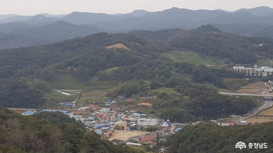 가림성 아래로 보이는 마을