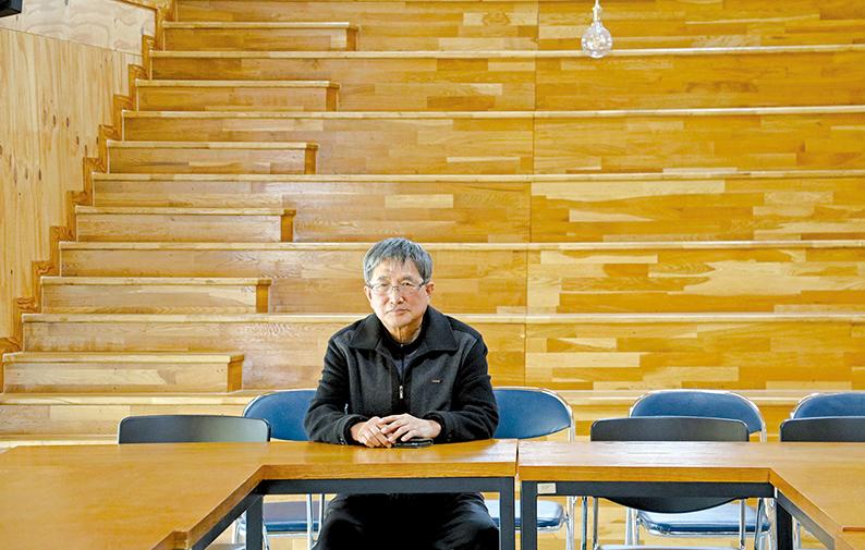 오누이마을 교육관을 소개하는 임응철 이장