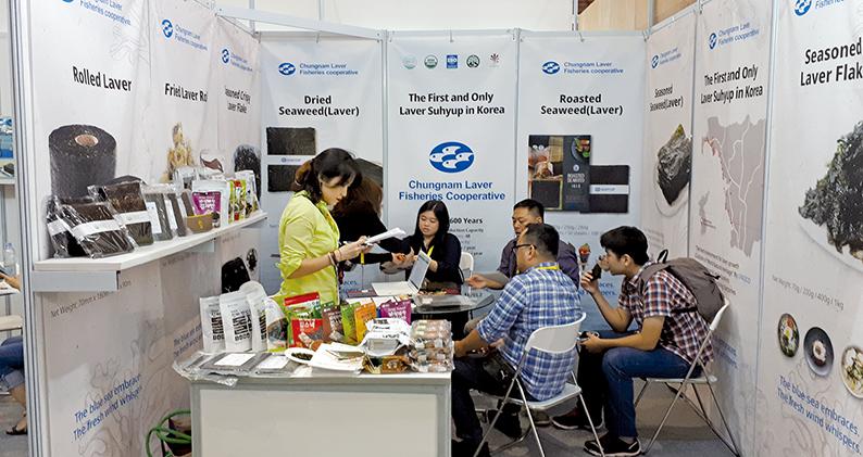 자카르타 식품 박람회에 참석한 충남 수산식품기업들이 현지 바이어와 수출 상담을 진행하고 있다.