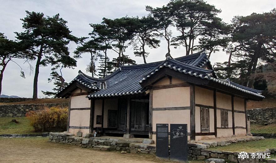 국내에서 가장 오래된 민가인 맹사성 고택. 정면 4칸 측면 3칸의 소박한 'ㄷ'모양이다.