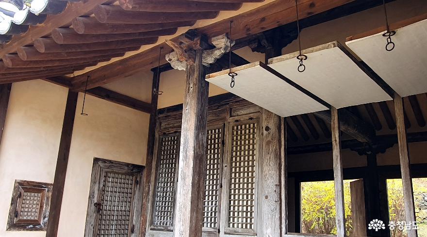 맹사성고택의 대청마루. 문을 들어올려 넓은 강학공간으로 사용할 수 있다.