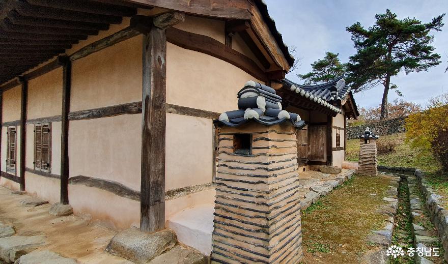 맹사성고택의 뒷마당. 기와를 이용해 만든 굴뚝이 주변과조화를 이루고 있다.