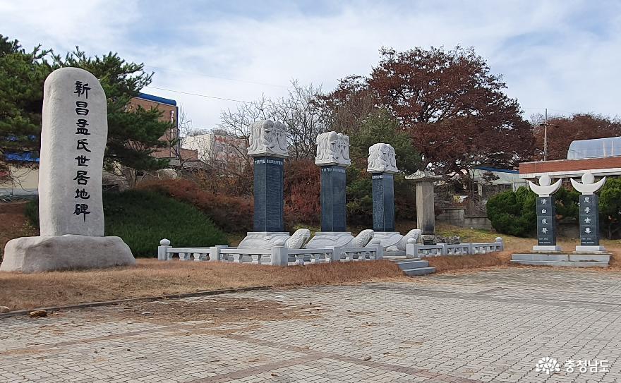 신창맹씨의 각종 비문을 모아 놓은 맹씨비림. 맹사성고택 입구에 있다.