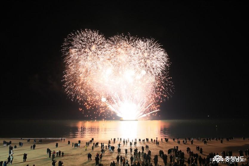 대천사랑축제의 해상불꽃쇼. 2018년 축제자료사진