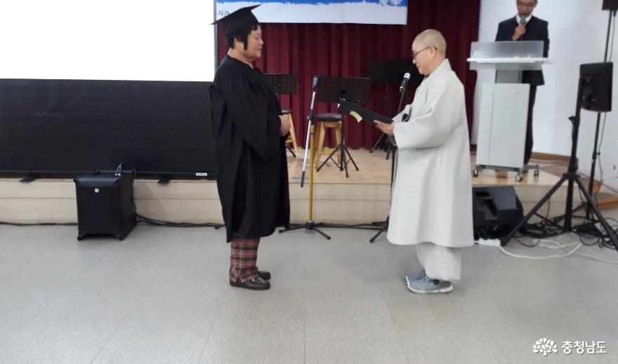 찾아가는 청춘학교 졸업생 대표로 노정자님께서 지웅 스님께 졸업장을 받고 있다.