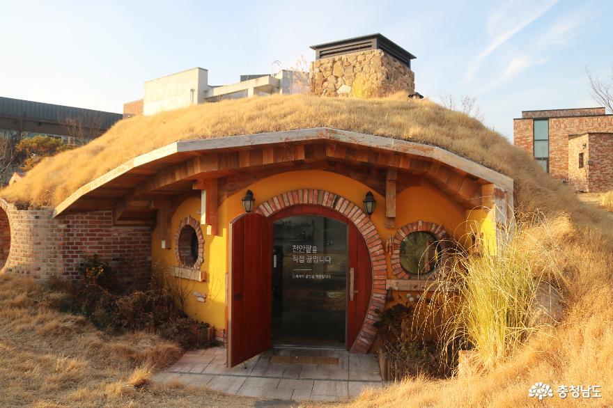 동화마을을 연상케 하는 '뚜쥬루 빵돌가마 마을' 사진