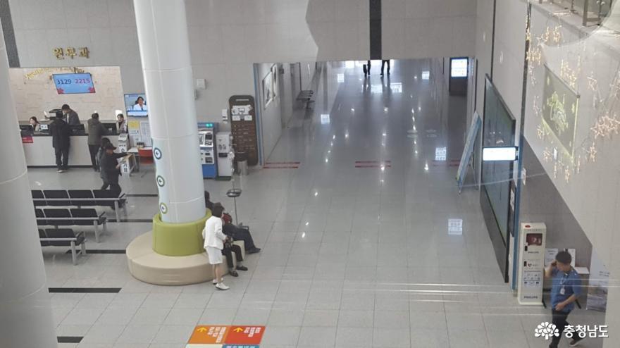 공주의료원 원무과가 있는 1층에서는 외부손님에게 친절한 안내가 기다리고 있다.