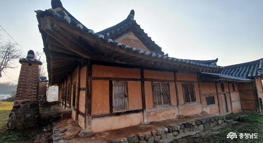 홍성 노은리고택의 날렵한 처마선.