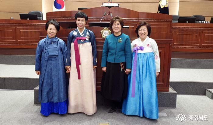 새해 첫 회기 맞은 천안시의회, 한복 입고 등원한 여성의원 4인 '눈길'