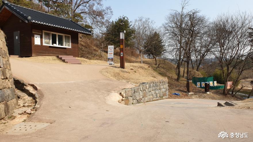금서루 뒷길 왼쪽에 해설사의 집이 있다.