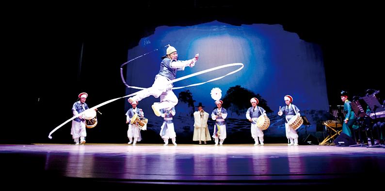 신명나는 타악 공연을 선보이고 있는 뜬쇠예술단 단원들.