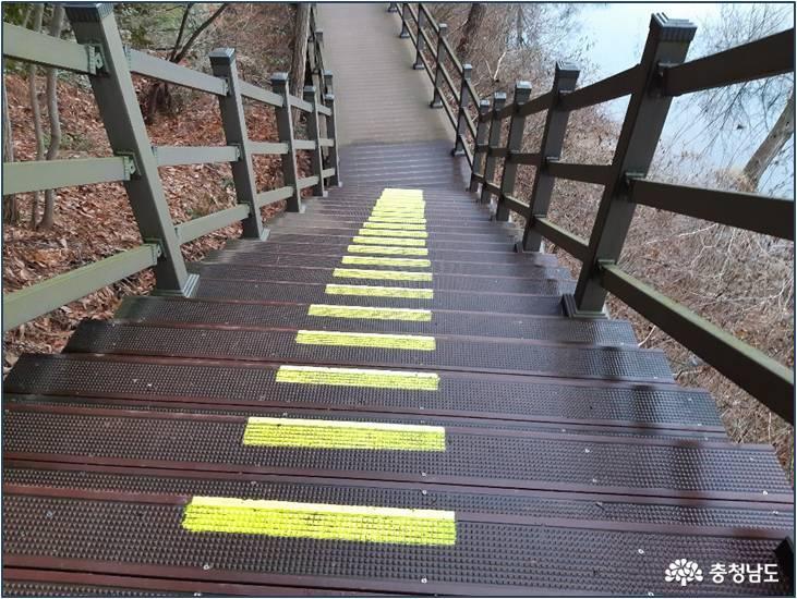 노란색으로 내려가는 계단을 표시하였어요