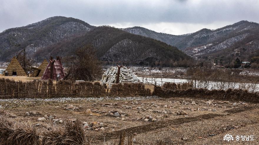 유적발굴터 및 우크리이나, 독일, 프랑스 막집들 모습