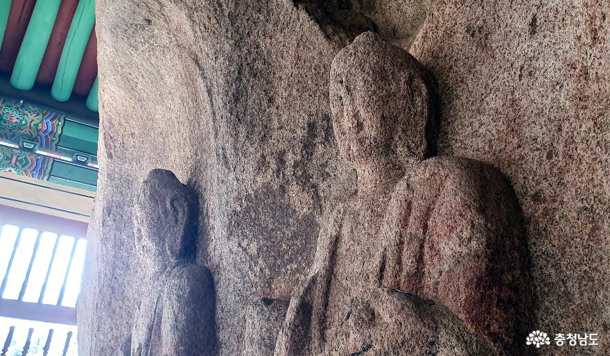 태안 동문리 마애삼존불입상. 오른편 여래
