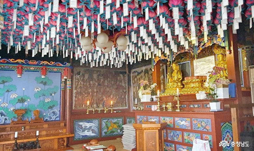 천년고찰 천안 성불사 대웅전 법당. 부처상 대신 유리창 밖으로 석불상이 보인다.
