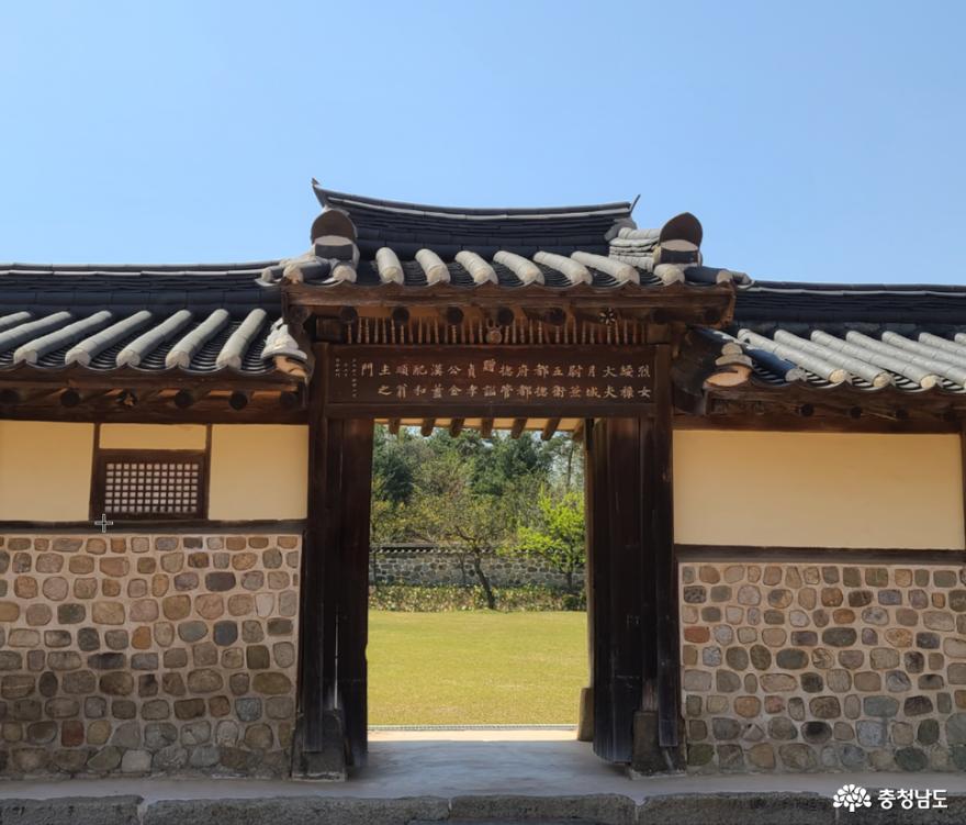예산 여행, 화순옹주홍문 열녀문과 김한신 합장묘