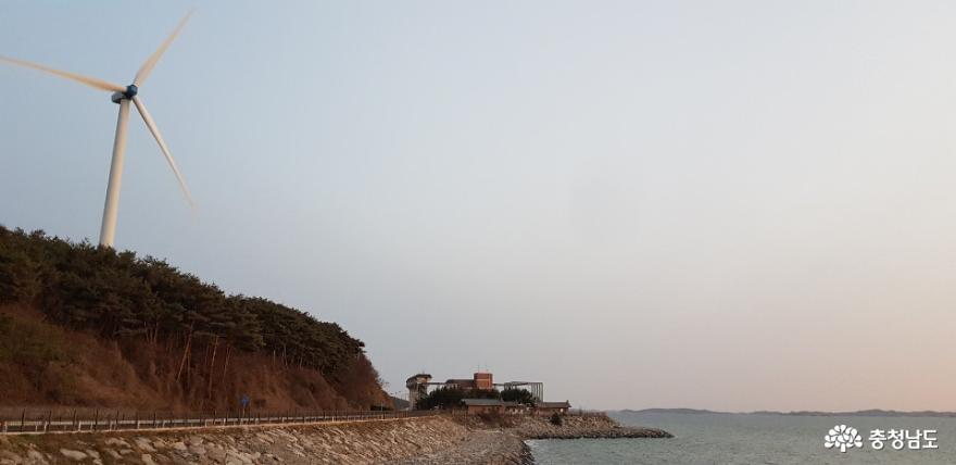 남당리 해안도로를 달리던 중 만난 풍력 발전기
