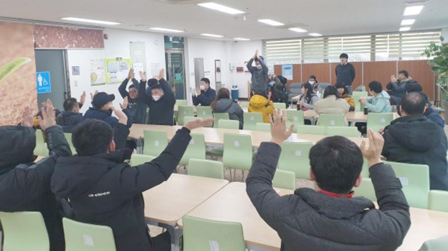 지난 2월 작업장내에서 실시한 코로나19 예방교육 모습.