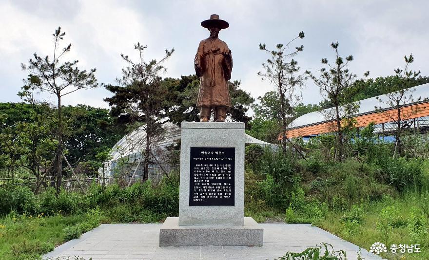 충헌사 인근의 어사 박문수 동상.