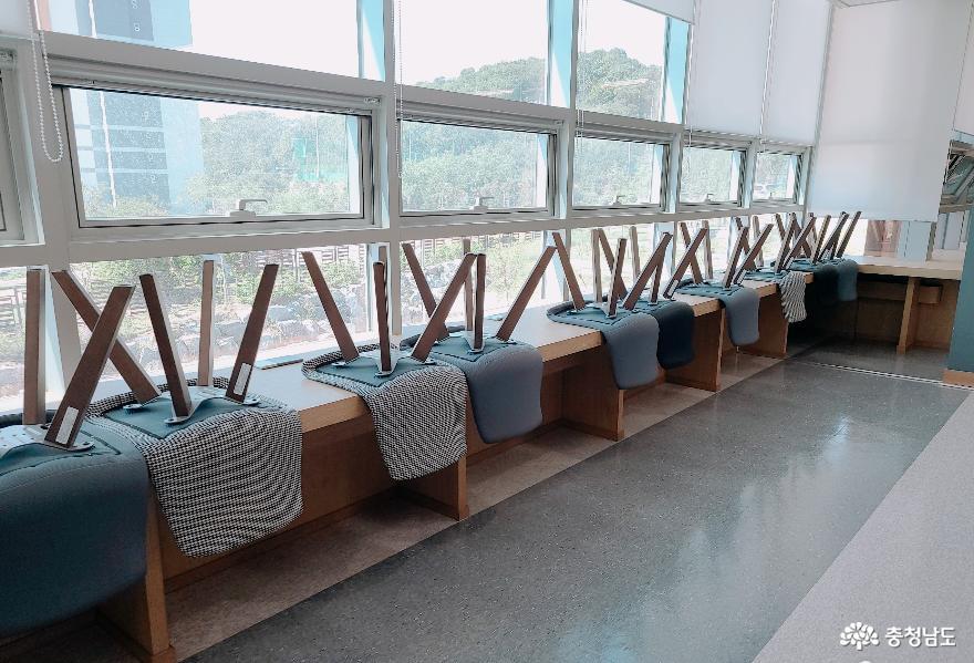 정리된 의자들