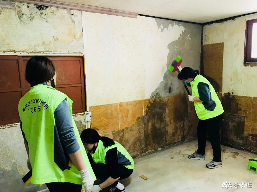 홍성군 자원봉사센터, 취약계층 도배·장판교체 봉사