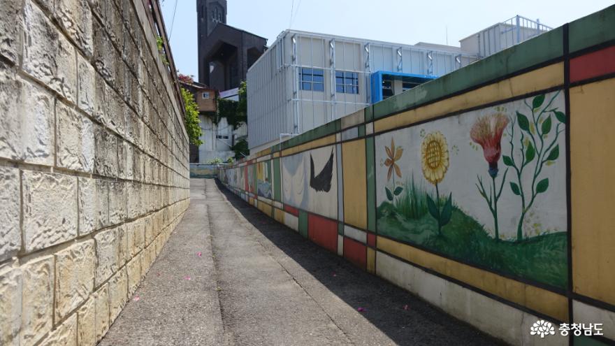자원봉사자들의 손으로 만들어진 벽화거리