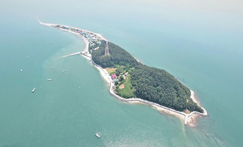 길쭉하게 이어진 작은 모래섬
