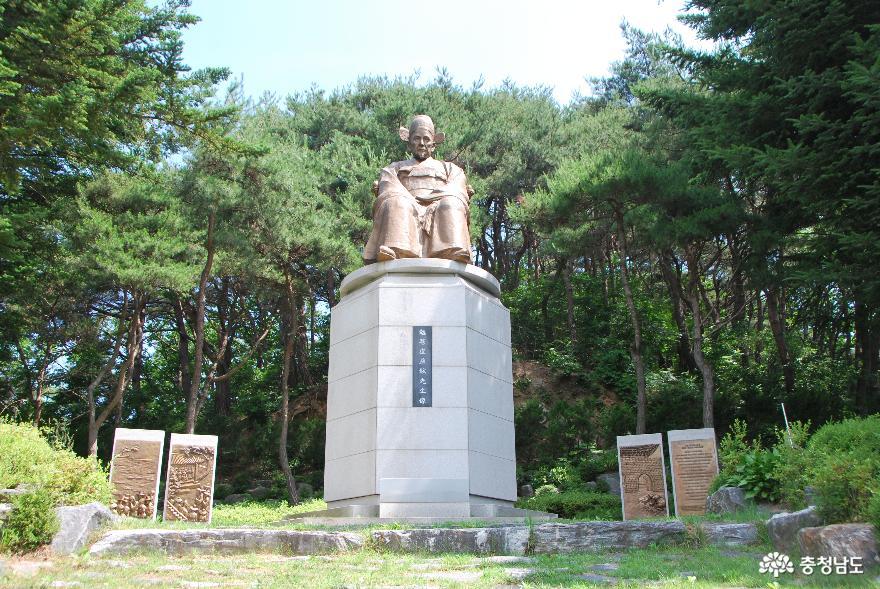 시멘트동상 이전 후,칠갑산도립공원에 다시 만들어 세워진 면암 선생의 동상