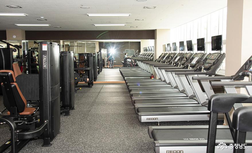 배방스포츠센터 체력단련장의 운동기구