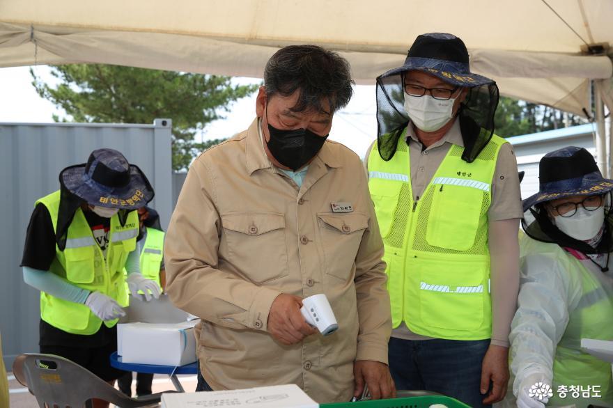 가세로 군수가 몽산포해수욕장 드라이브스루 운영현장을 방문 근무자들을 격려하고 있다.