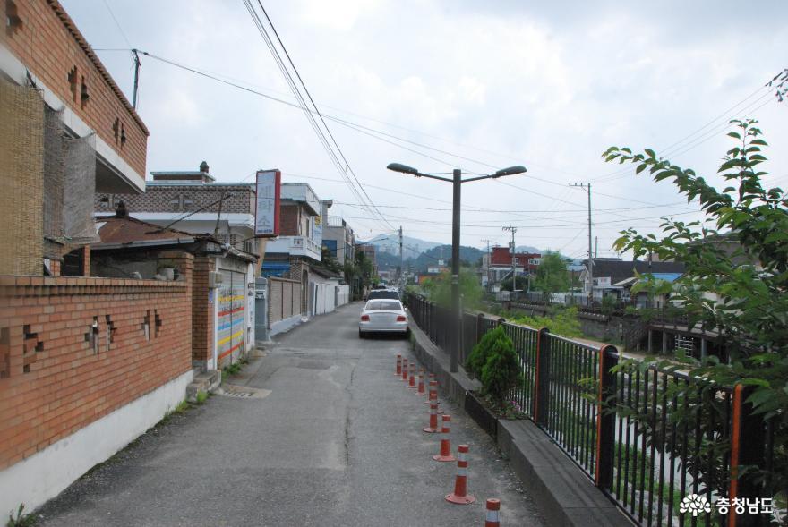 공주 도심을 흐르는 '제민천' 뚝방에서 공주원도심 기획사진전인 '빈집갤러리'가 열리고 있다.